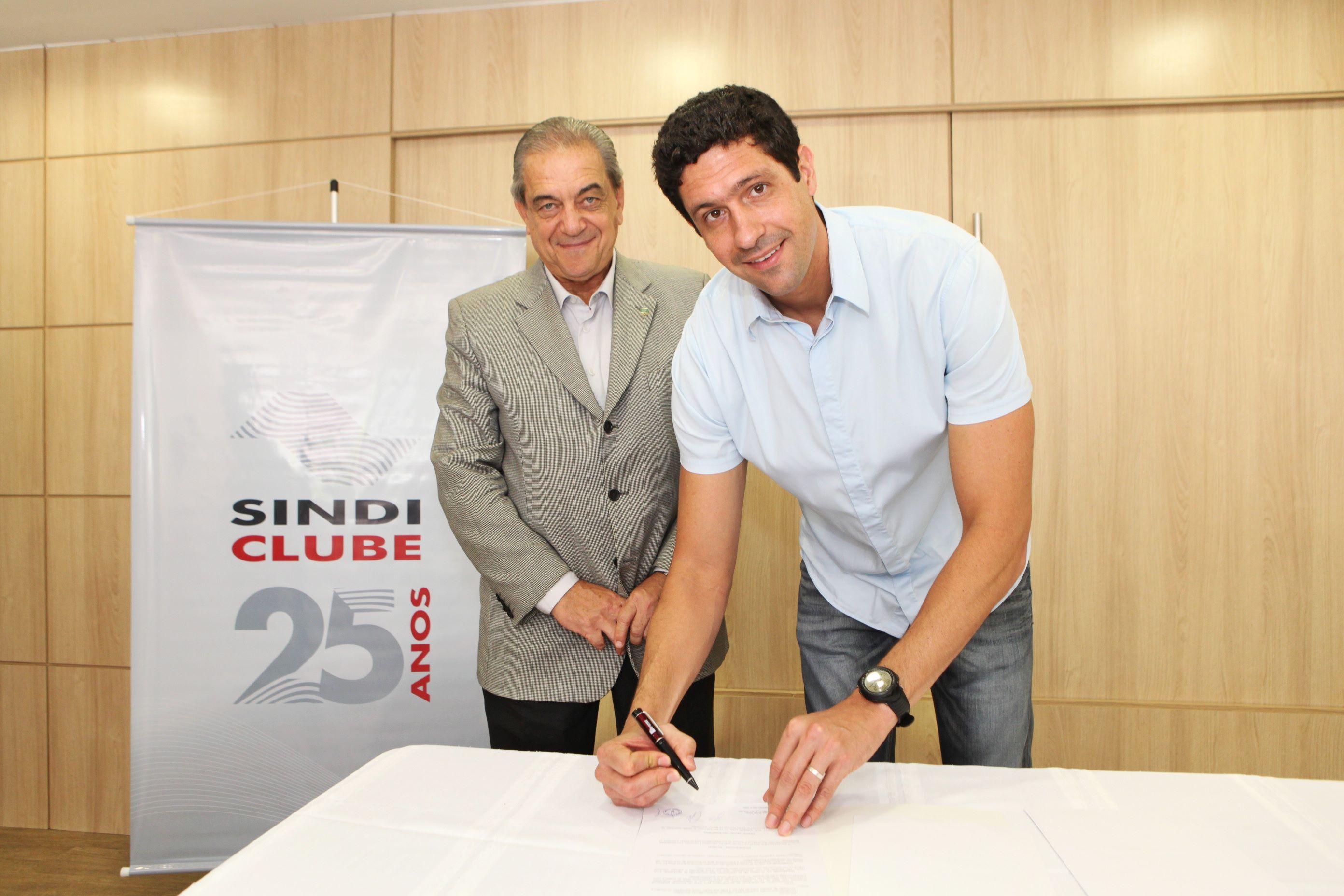 Presidente do Sindi-Clube, Cezar Roberto Leão Granieri, e Gustavo Borges assinam convênio