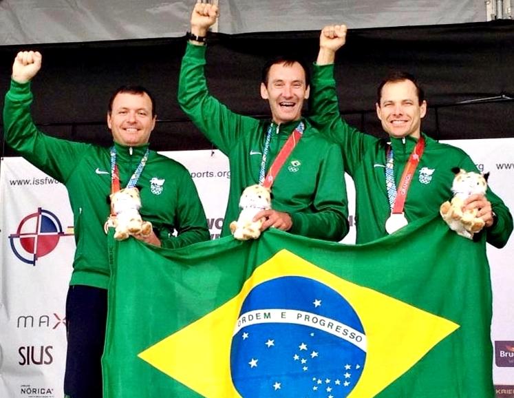 Equipe brasileira comemora o bronze no Mundial (Foto: CBTE)
