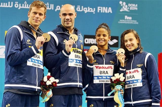 Ouro no Mundial: Cesar Cielo, João de Lucca, Etiene Medeiros e Larissa Oliveira Foto: Satiro Sodré