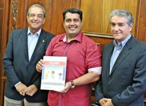 Madeira (centro) recebeu projeto do Sindi-Clube, entregue por Granieri e Cláudio Lauletta