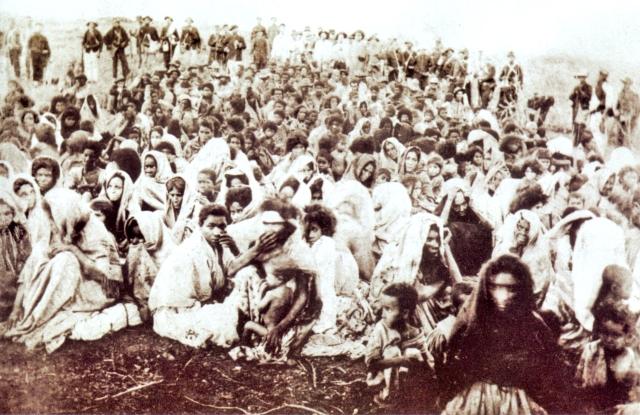 Mulheres e crianças, seguidoras de Antônio Conselheiro, presas durante os últimos dias da Guerra de Canudos